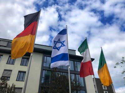 Pressefoto: Die israelische Flagge (2.v.l.) weht auf dem Rathausplatz.