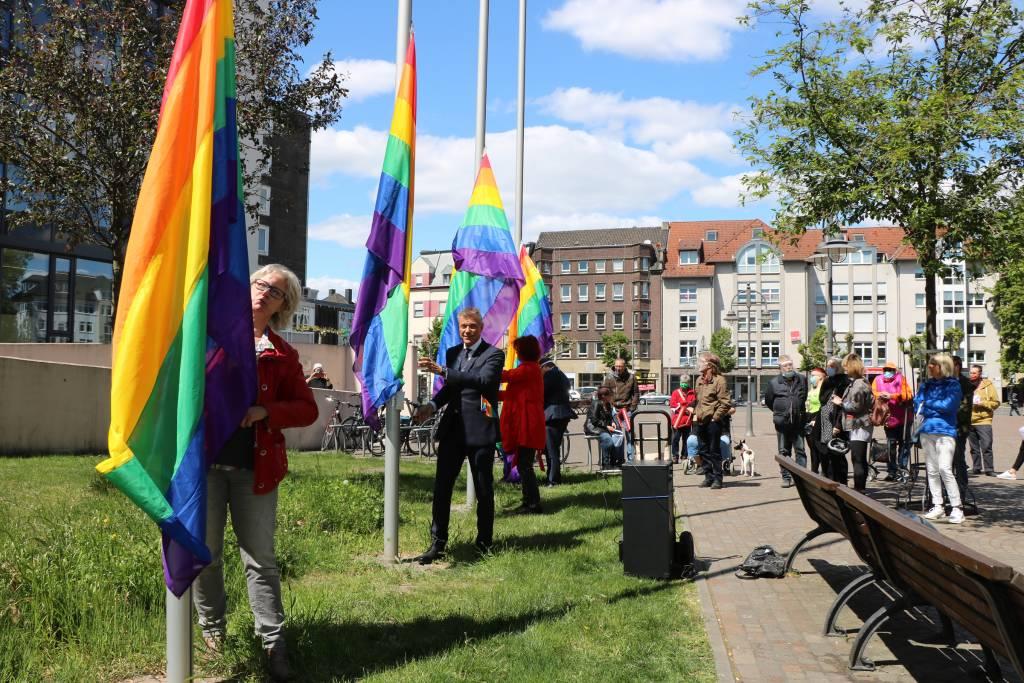 Gemeinsam hissten Gleichstellungsbeauftragte Gabriele Steuer, Bürgermeister Christoph Tesche, Ratsfrau Rita Nowak und Sozialdezernent Dr. Sebastian Sanders die Regenbogenfahnen.