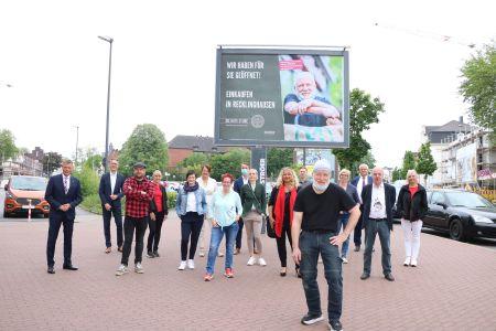 Foto:  Gemeinsam mit den AkteurInnen aus der Altstadt und Fotograf Sebastian Niehoff stellte Bürgermeister Christoph Tesche (l.) am Mittwoch vor dem Großplakat an der Kemnastraße die neue Plakatkampagne vor. Foto: Stadt Recklinghausen