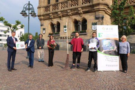 Bürgermeister Christoph Tesche gratulierte Lothar Schmeller (Lokale Agenda), Peter van de Logt, Wiebke Harder, Kerim Henne, Jari Harder (Tanzatelier WiDance) und Heidi Samhuber (Abfallberatung KSR/v.l.)) zum 1. Preis. Foto: Stadt RE
