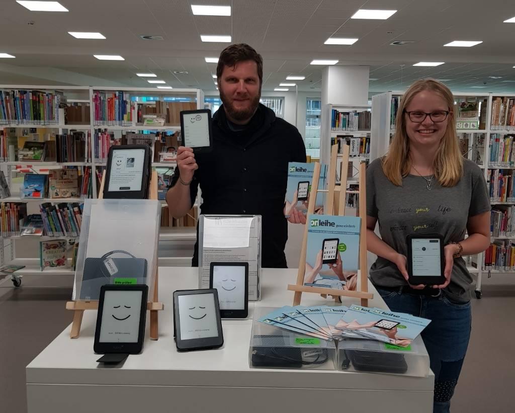 Bibliothekar Nils Bald und Auszubildende Maren Gotthardt freuen sich über die vielen neuen Tolinos und hoffen auf positive Resonanz.