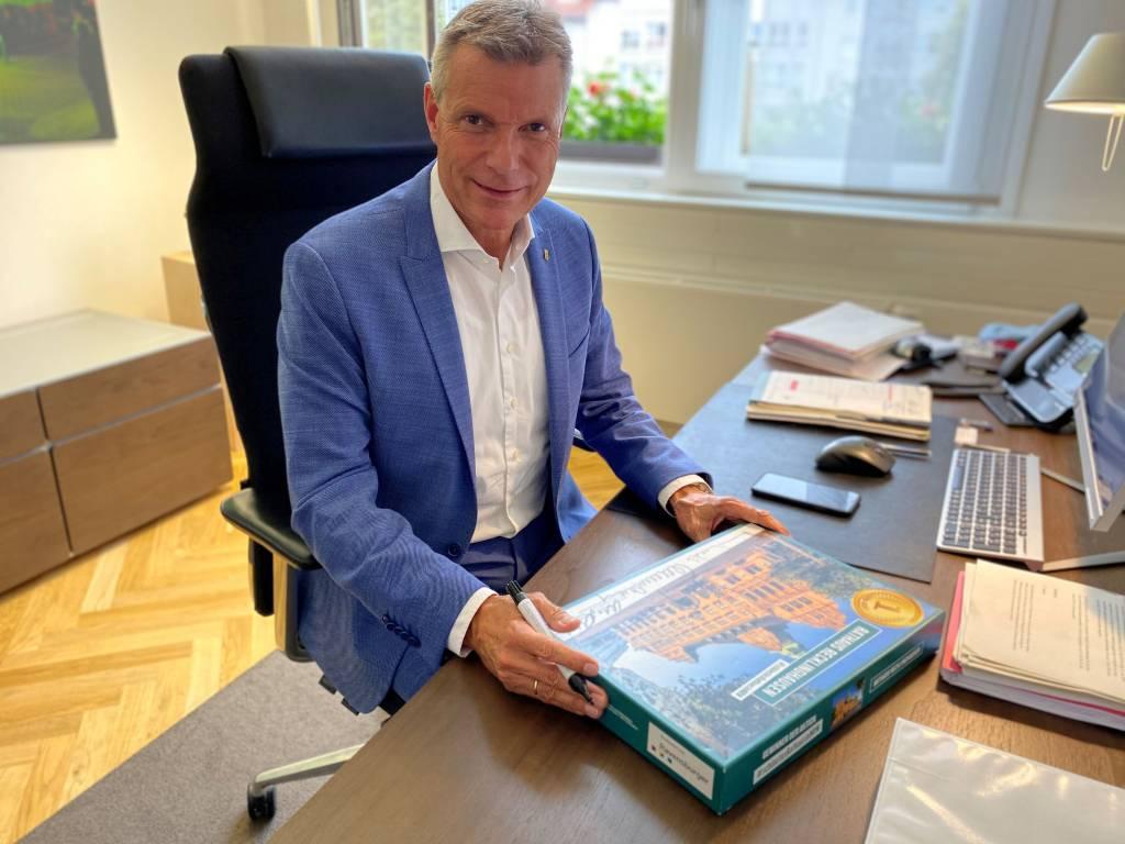 Bürgermeister Christoph Tesche an seinem Schreibtisch