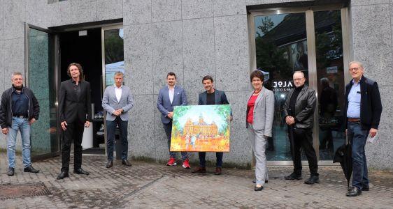 Gemeinsam mit den Initiatoren und VertreterInnen der Telefonseelsorge präsentierte Bürgermeister Christoph Tesche das von Marcel Kozik gemalte Bild, das zu Gunsten der Telefonseelsorge versteigert wird. Foto: Stadt RE