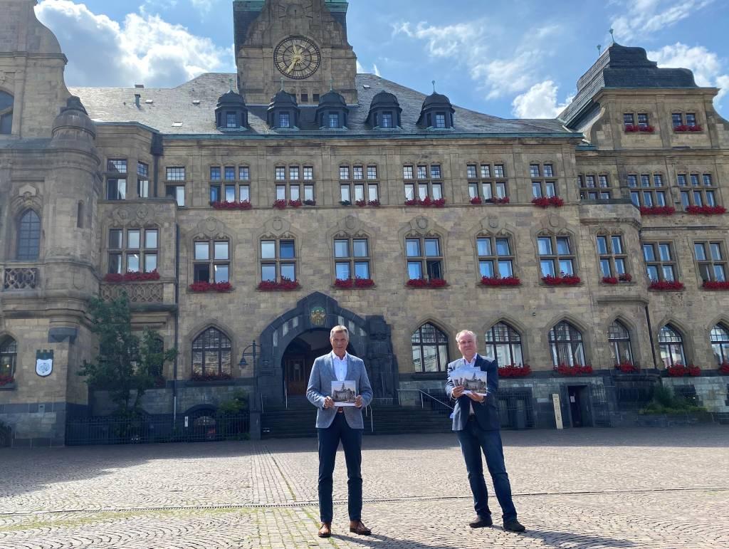 Bürgermeister Christoph Tesche (l.) und Stadtarchivar Dr. Matthias Kordes stellten die neue Rathaus-Broschüre vor, die das schönste Rathaus in NRW ehrt. Foto: Stadt RE