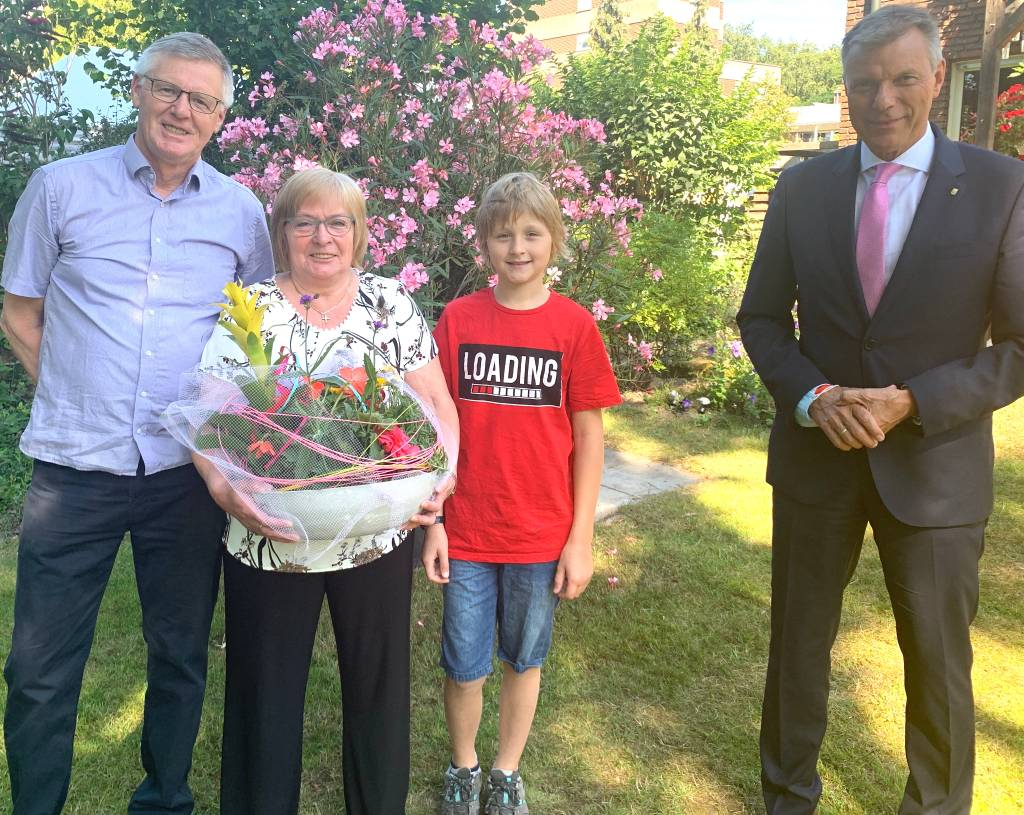 Bürgermeister Christoph Tesche überbrachte gestern die Glückwünsche von Rat und Verwaltung zum 70. Geburtstag an Maria Voß. Erste Gratulanten waren Ehemann Alfons und Enkel Noah. Foto: Stadt RE