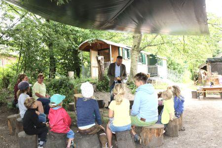 Gerne folgte Christoph Tesche der Einladung in den Natur- und Waldkindergarten auf dem Schulbauernhof. Die Kinder erzählten dem Bürgermeister, warum sie sich dort so wohl fühlen. Foto: Stadt RE