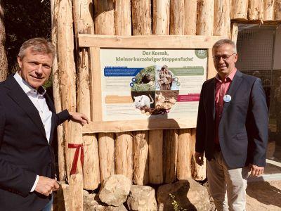 Im vergangenen Jahr weihten Bürgermeister Christoph Tesche und Fördervereinsvorsitzender Daniel Kroll (r.) im Rahmen des Tierparkfestes das neue Fuchsgehege ein. Foto: Stadt RE (Archiv)