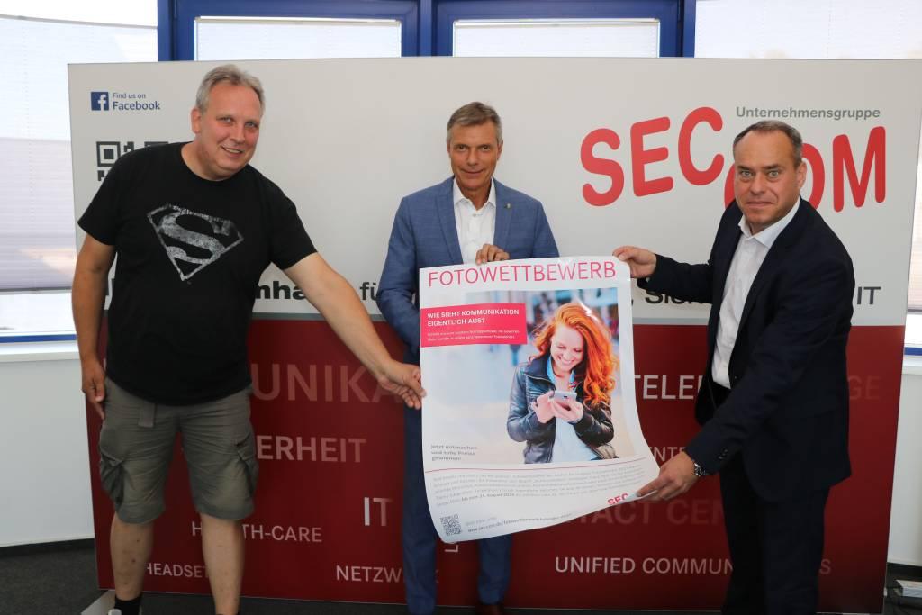 Auf viele Fotos hoffen Björn Schmidt-Freistühler (Kinder- und Jugendtreff Hillerheide), Bürgermeister Christoph Tesche und SEC-COM-Geschäftsführer Guido Otterbein (v.l.). Foto: Stadt RE