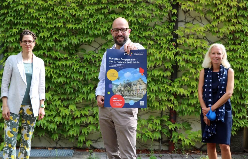 VHS-Leiter Ansgar Kortenjann (m.) präsentiert mit den Studienleiterinnen Leonie Grage (l.) und Sandra Hilse (r.) das neue Programm für das zweite Halbjahr.