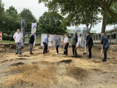 Gemeinsam mit Vertretern von Schule, Politik, Verwaltung und Bauunternehmen führte Bürgermeister Christoph Tesche den offiziellen Spatenstich an der Bochumer Straße durch. Foto: Stadt RE
