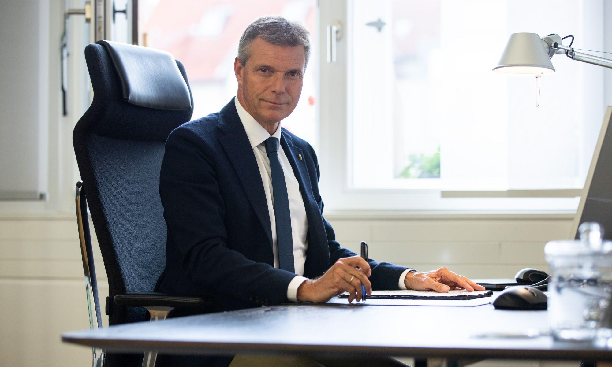 Bürgermeister Tesche am Schreibtisch