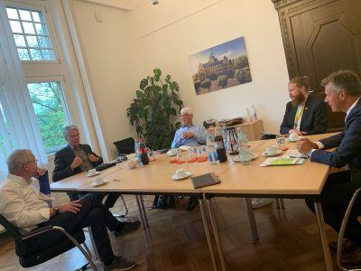 Pressefoto: Bürgermeister Christoph Tesche (r.) und Nahmobilitätskoordinator David Knor (2.v.r.) im Gespräch mit dem ADFC.