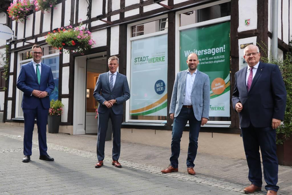 Vor dem Kundenbüro: Gelsenwasser-Vorstand Henning R. Deters (v. l. n. r.) mit Bürgermeister Christoph Tesche und den Stadtwerke-Geschäftsführern Ekkehard Grunwald und Dirk Wessling.