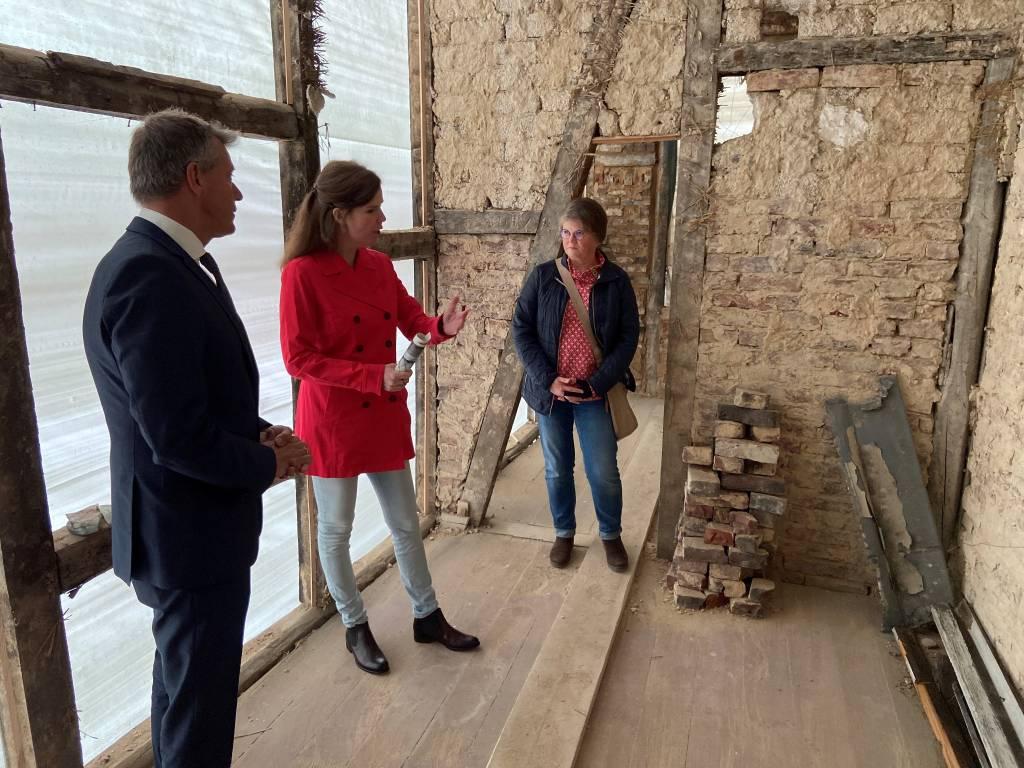 Nahmen die Baustelle in Augenschein: Bürgermeister Christoph Tesche (v.l.n.r.) Luitgard Peron, Denkmalbeauftragte der Stadt, und die Eigentümerin Petra Hobbold.
