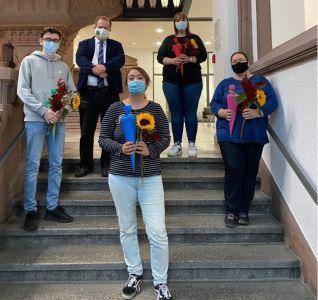 Vier neue Auszubildende, die ihren Dienst im Seniorenzentrum Grullbad angetreten haben, wurden von Sozialdezernent Dr. Sebastian Sanders im Rathaus offiziell begrüßt. Foto: Stadt RE