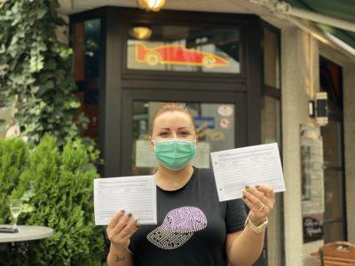 Auch in der Osteria Pronto Café an der Turmstraße 2 nutzen Mitarbeiterin Kristina Epache und ihre KollegInnen bereits die neuen Blöcke zur Kontakterhebung. Foto: Stadt RE