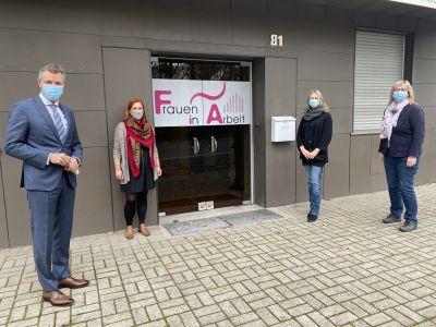 Vor Ort in der neuen Zentrale an der Blitzkohlenstraße informierte sich Bürgermeister Christoph Tesche bei Sarah Schwarz, Marita Dittmer und Christel Wehlmann über das Angebot des Vereins Frauen in Arbeit. Foto: Stadt RE