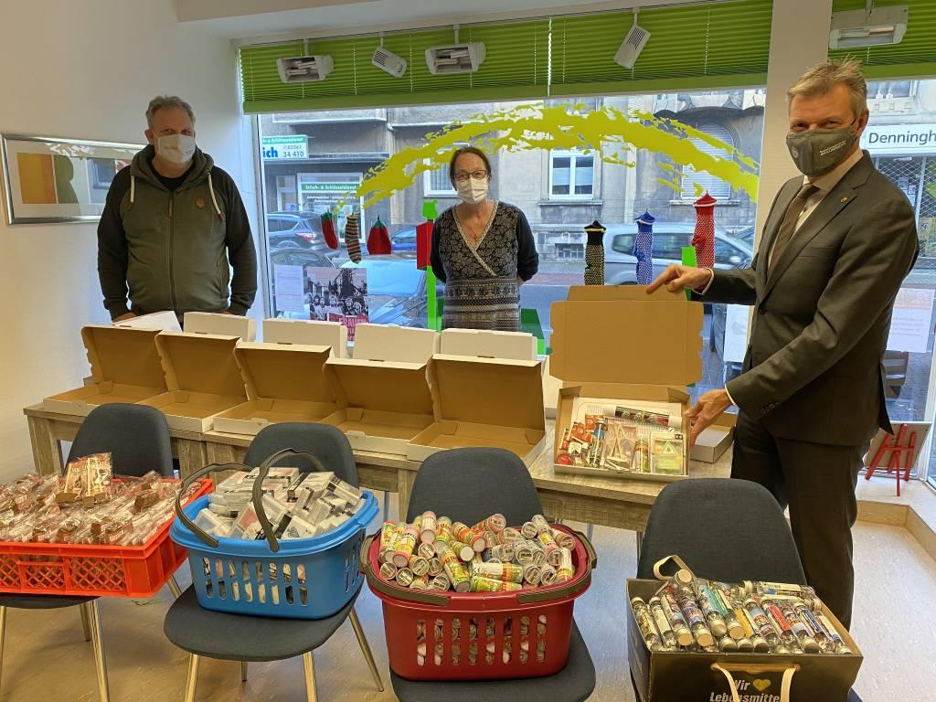 Da staunte auch der Bürgermeister: Monika Wagner-van der Straten und Björn Schmidt-Freistühler präsentierten Christoph Tesche das Material, mit dem Tüten und Kartons gepackt werden. Foto: Stadt RE