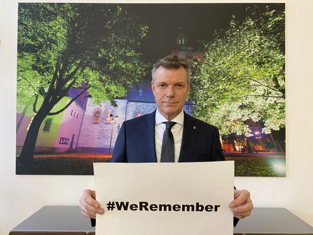 Auch in diesem Jahr beteiligt sich Bürgermeister Christoph Tesche an der internationalen Kampagne Hashtag WeRemember. Foto: Stadt RE