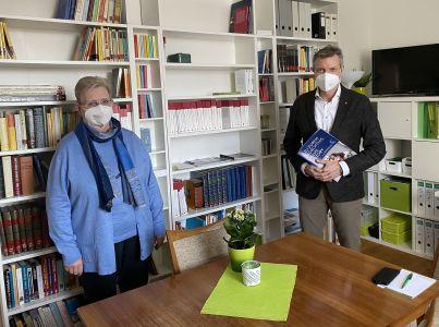 Die gute Zusammenarbeit der vergangenen Jahre wollen Gerda E. H. Koch und Bürgermeister Christoph Tesche fortsetzen. Foto: Stadt RE