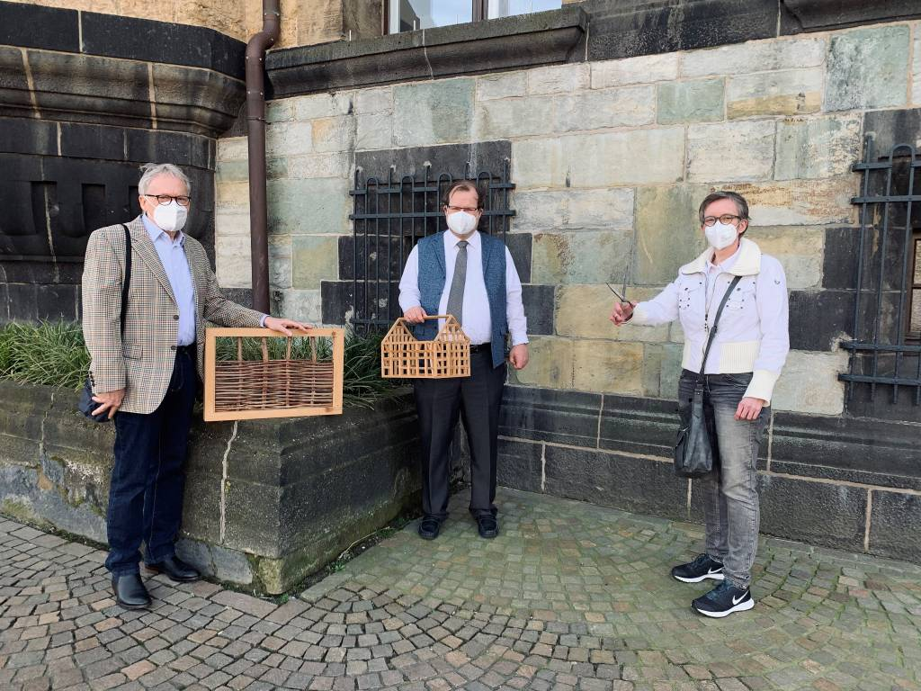 : Dr. Sebastian Sanders, Dr. Werner Koppe und Andrea Jansen mit einem Holzmodell der Altstadtschmiede
