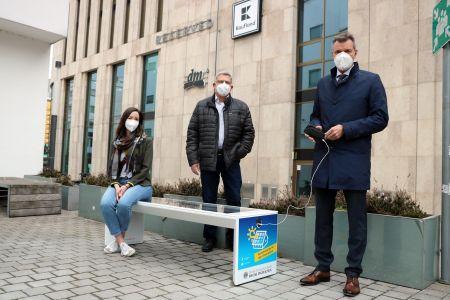 Pressefoto: Klimaschutzmanagerin Lara Wahrmann, Solarbank-Anbieter Norbert Grein und Bürgermeister Christoph Tesche probierten die neue Solarbank gleich einmal aus.