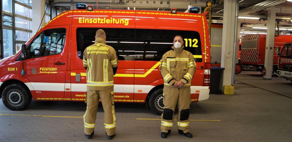 Die neue Schutzkleidung in Vorder- und Rückansicht mit Schriftzug Feuerwehr Recklinghausen