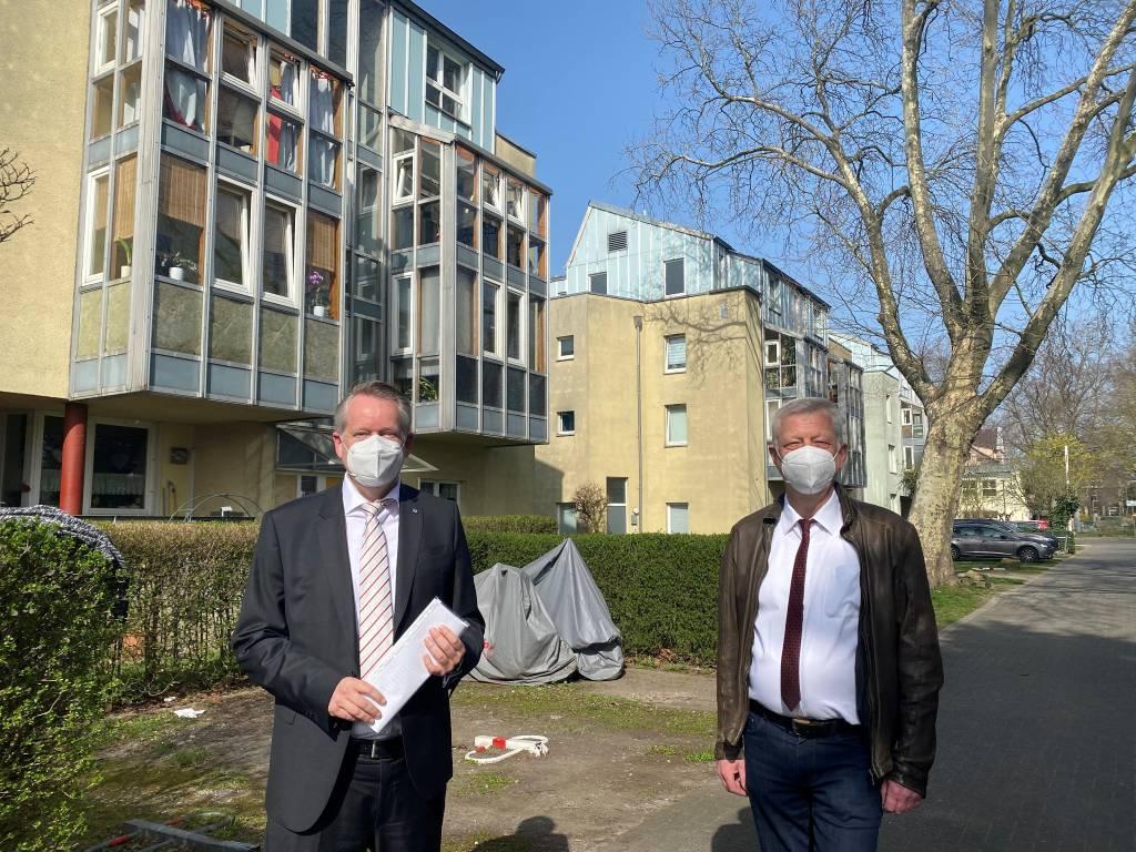 Der Technische Beigeordnete Norbert Höving und der hauptamtliche Geschäftsführer der Wohnungsgesellschaft Marc-Oliver Fichter stellten die Pläne für die Sanierung der Süder Wohnungen vor.