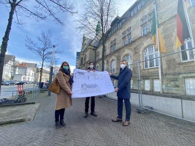 Pressefoto: Vor Ort ließ sich Bürgermeister Christoph Tesche die Umbauarbeiten am und im Willy-Brandt-Haus von Architektin Andrea Piehl - Büro PEP Münster - und Projektleiter Ludger Knüver erläutern. Foto: Stadt RE