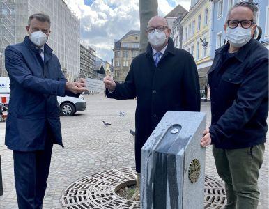 Für den Rotary Club Recklinghausen-Vest übergaben Dr. Hermann-Josef Korte und Markus Krems den Trinkwasserbrunnen auf dem Altstadtmarkt an Bürgermeister Christoph Tesche. Foto: Stadt RE