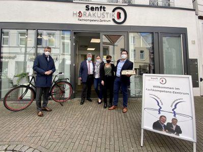 Bürgermeister Christoph Tesche gratulierte Stefan Senft, der von seinen Eltern Thomas und Elke sowie Ehefrau Sabrina unterstützt wird, zur Neueröffnung am Holzmarkt. Foto: Stadt RE
