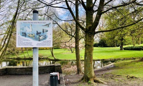 Pressefoto: An vielen Gewässern hat die Stadt Schilder aufgestellt, auf denen optisch und per Text auf das Verbot und die Konsequenzen hingewiesen wird. Foto: Stadt RE