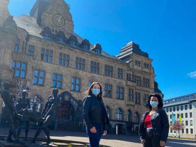 Pressefoto: Katharina Minkhofer, Vorsitzende der Kommission, und Barbara Ehnert, städtische Referentin für Behindertenangelegenheiten, freuen sich über 20 Jahre Ratskommission für Menschen mit Behinderung. Foto: Stadt RE