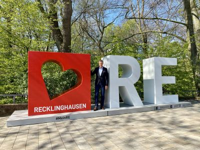 Auch Bürgermeister Christoph Tesche nahm den neuen Fotospot im Eingangsbereich des Stadtgartens zum Ruhrfestspielhaus in Augenschein. Foto: Stadt RE