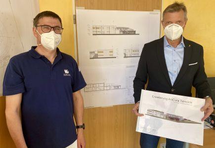 Bürgermeister Christoph Tesche gratulierte Berthold Menzel zum 20-jährigen Bestehen der Tierklinik und informierte sich über den geplanten Anbau. Foto: Stadt RE