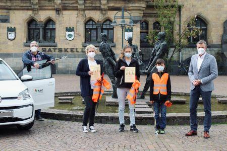 Pressefoto: Bürgermeister Christoph Tesche überreichte die ersten Urkunden für Müllpatenschaften in Recklinghausen an Philipp John und seine Mutter Aneta John sowie an Carina Kaul von der Sammelgemeinschaft Stubenrein. Ebenfalls mit dabei war Matthias Berger von den KSR, der Ansprechpartner für das Projekt ist Foto: Stadt RE