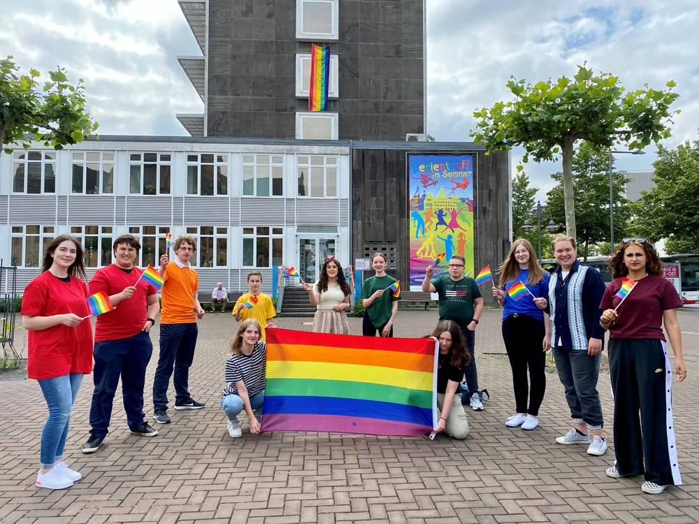 Pressefoto: Das Kinder- und Jugendparlament Recklinghausen (KiJuPa) ruft dazu auf, die Regenbogenflagge heute aus dem Fenster zu hängen. Denn: Recklinghausen lebt Vielfalt. Foto: Stadt RE