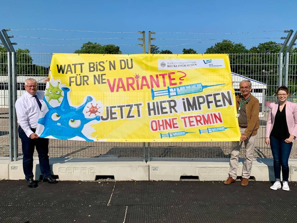 Neue Banner am Impfzentrum informieren über Angebot ohne Termin