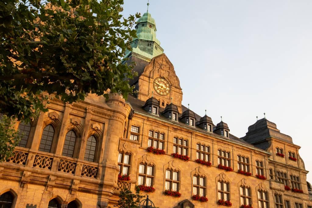NRW-Jubiläumstruck hält im September vor dem schönsten Rathaus im Land