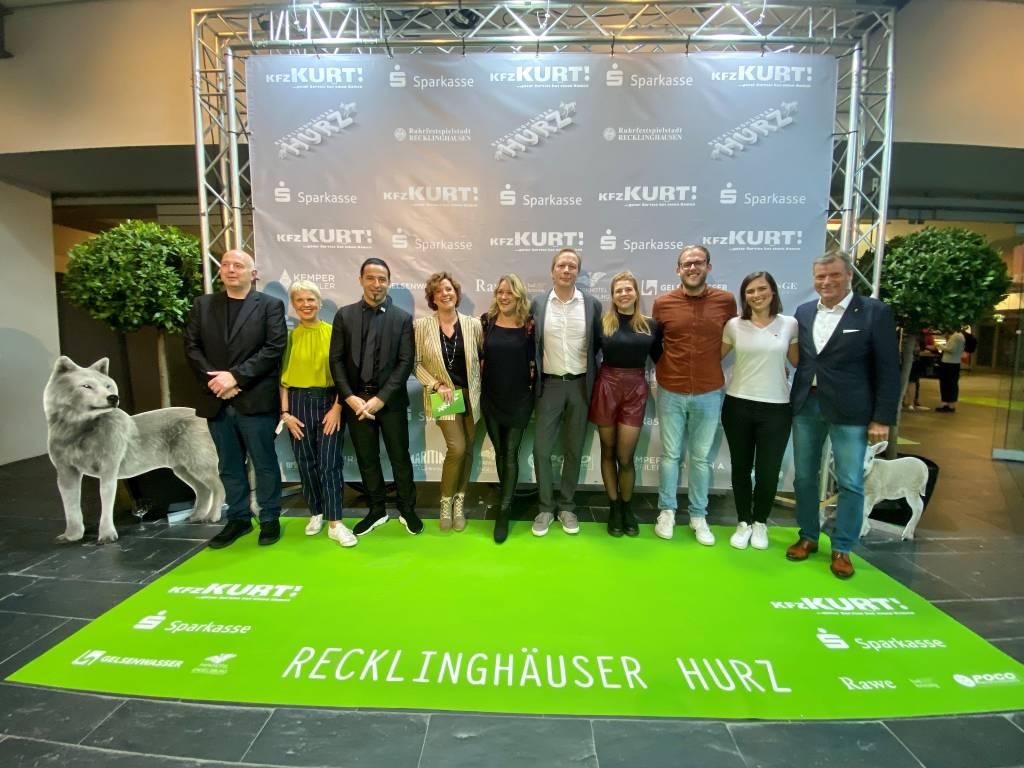 Bürgermeister Christoph Tesche (r.) zeigte sich Montagabend zusammen mit den Preisträger*innen auf dem Hurz-grünen Teppich.