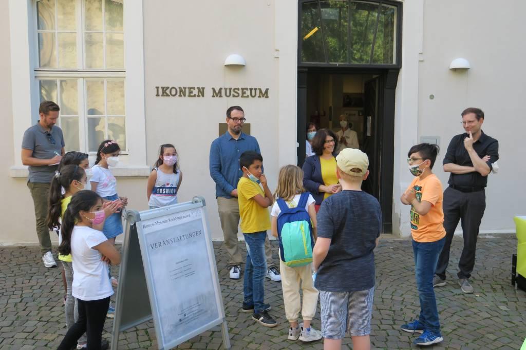 Kinder vor dem Ikonen-Museum.