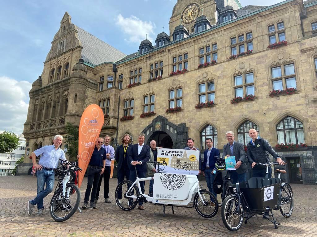 Bürgermeister Christoph Tesche stellte gemeinsam mit den Hauptakteuren das Programm für den Fahrradtag am Samstag, 18. September, vor. Foto: Stadt RE
