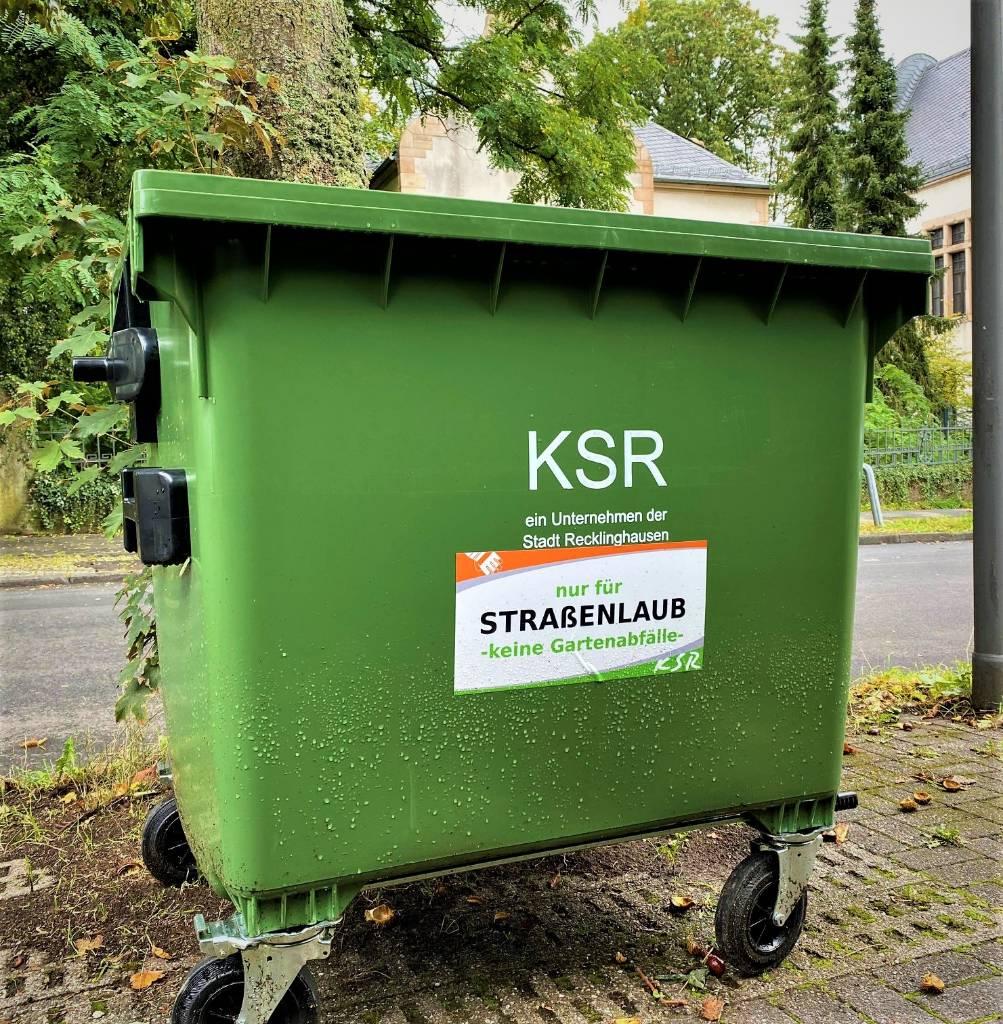 Pressefoto: Bald wieder vielfach im Stadtbild zu sehen: die Laubtonnen der KSR. Foto: Stadt RE KSR