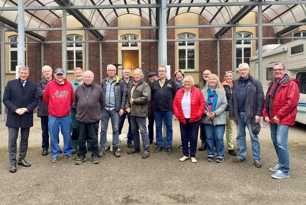 Das ehrenamtliche Engagement der Krippenbauer-Gruppe lobte Bürgermeister Christoph Tesche bei seinem Besuch in St. Franziskus. Foto: Stadt RE