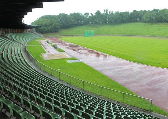 Pressefoto: Joggen bei Nacht: Im Stadion Hohenhorst können Läufer*innen wieder ihre Runden drehen. Foto: Stadt RE