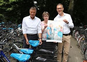 Für das Stadtradeln werben Bürgermeister Christoph Tesche, Dr. Marianne Scholas und Altstadtmanager Jochen Sandkühler