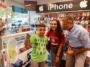 Bürgermeister Christoph Tesche macht mit zwei Kindern in einem Ladengeschäft an der Bochumer Straße ein Foto