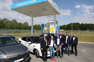 Joachim Ronge (AGR), Bürgermeister Fred Toplak, Sybille Riepe (H2 Mobility), Ferry Franz (Toyota Motor Deutschland), Alexander Schadowski (Linde), Volker Lindner h2-netzwerk-ruhr freuen sich über die Eröffnung der Wasserstofftankstelle.
