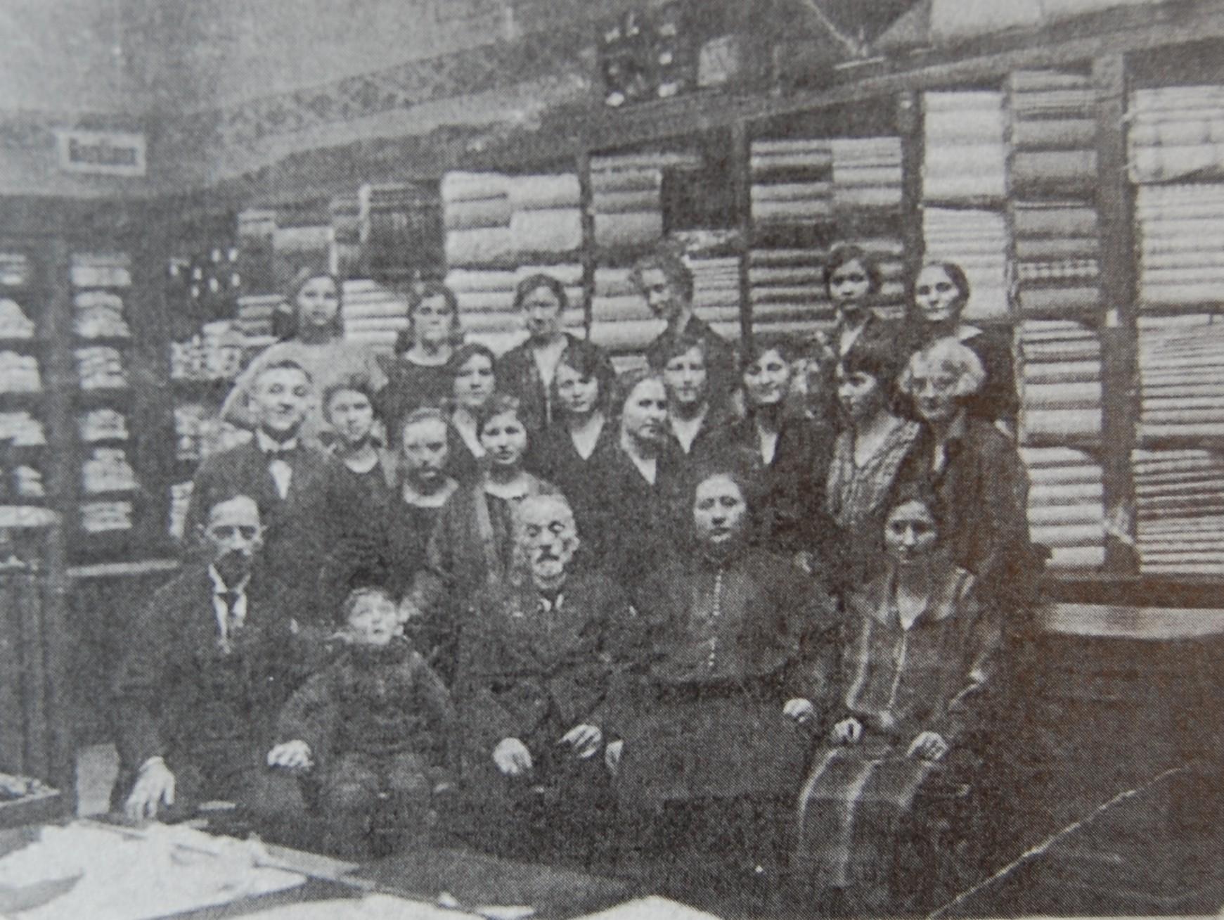 Angestellte des Textilgeschäftes von Julius Friedlich Anfang der 20er Jahre (Foto: Mohr)