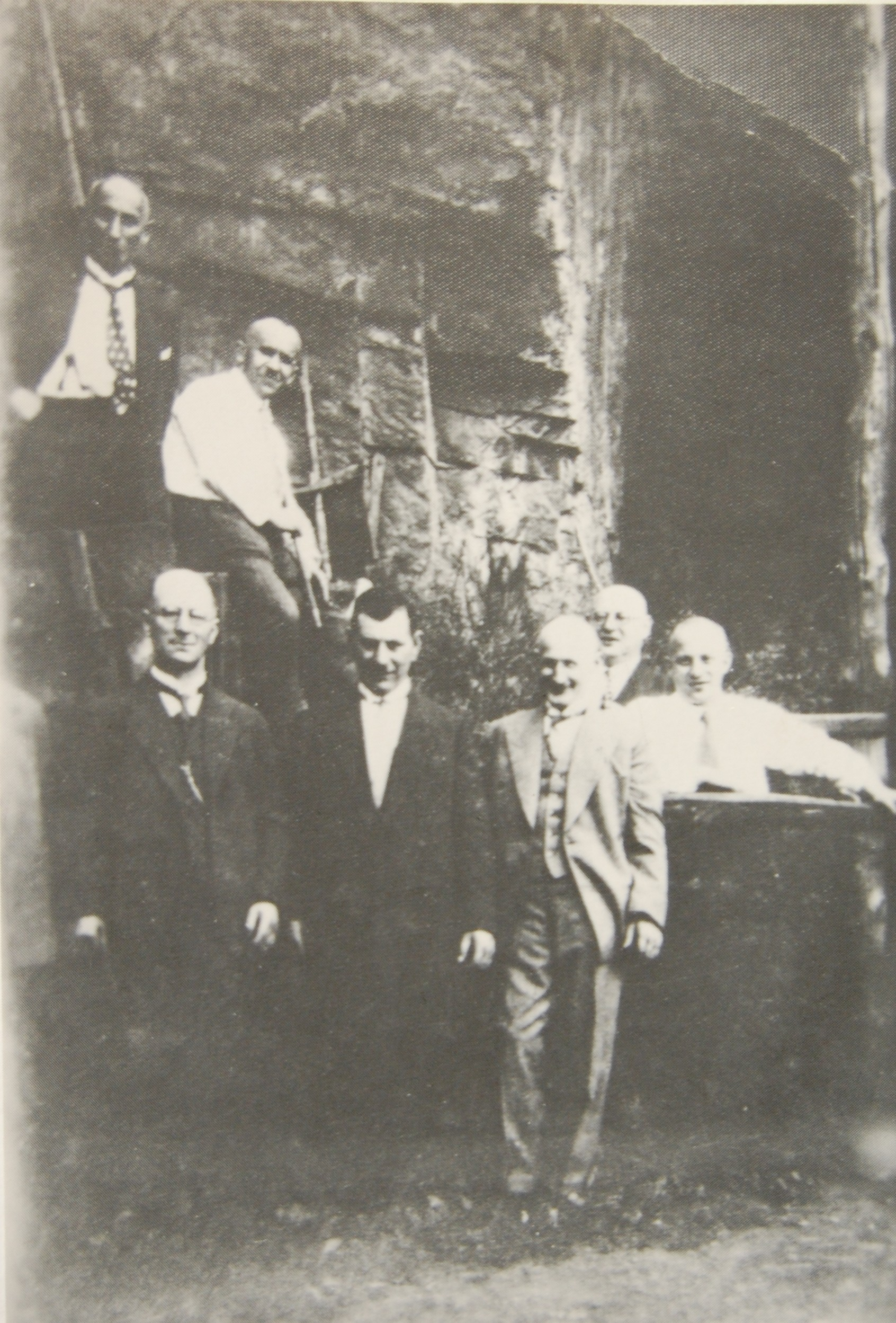 vorn v.l.n.r. Alex, Robert Felix Markus, dahinter v.l.n.r.: Max Burin, David Löwenstein, Isidor und Alfred Heumann (Archiv Möllers)